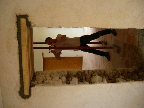 Suite ouverture porte dans mur maison en pierre jointage a la chaux renovat - Ouverture dans mur en pierre ...