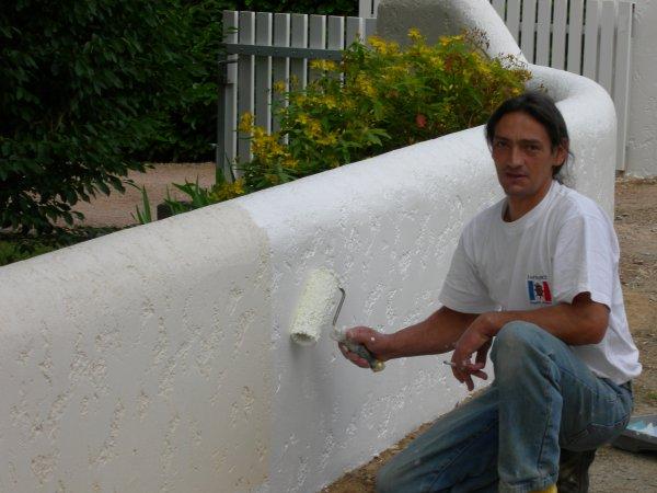 Enduit mur ton pierre et ravalement blanc muret renovation en tout genre - Que mettre sur un mur abime ...