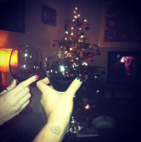 21/12/2012 : Daisy a passé la soirée avec Alice sa soeur, avec du bon vin et le beau Leonardo Di Caprio sur le Titanic