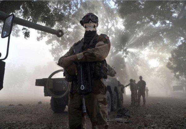 Un soldat Français au Mali qui porte le masque de Ghost