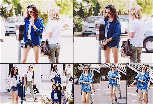 06/07/2015 : Phoebe Tonkin a été photographiée accompagnée de sa co-star Leah Pipes dans les rues d'Hollywood. Les actrices de The Originals ont été vues ensemble alors qu'elles se baladaient dans les rues ensoleillées d'Hollywood. Trop choutes !