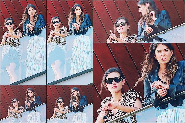 02/05/2015 : Cette fois-ci, Phoebe Tonkin était accompagnée de son amie et actrice Nikki Reed, toujours à Rio. Les filles ont profité de leur après-midi ensoleillée pour aller faire un peu de shopping et pour farnienter sur le balcon de leur hôtel.