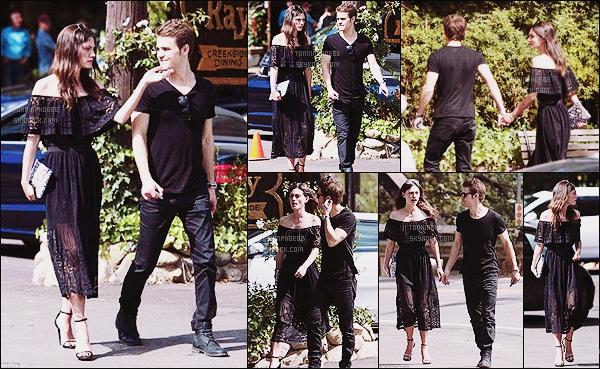 25/04/2015 : Phoebe T' et Paul W' ont été photographiés main dans la main alors qu'ils se baladaient à Hollywood. Les gestes tendres se font remarquer et nous attendrissent nous aussi ! Je les trouve vraiment mignons ensemble. Votre avis ?