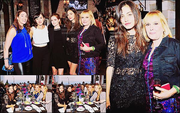 """• Apparition publique - 28/05/2015 : Miss Tonkin s'était rendue à un diner organisé par IT Cosmetics à LA. Phoebe était vraiment très en beauté je suis totalement fan de sa robe à dentelle ! Ce diner mettait à l'honneur les """"Dress for Success"""""""