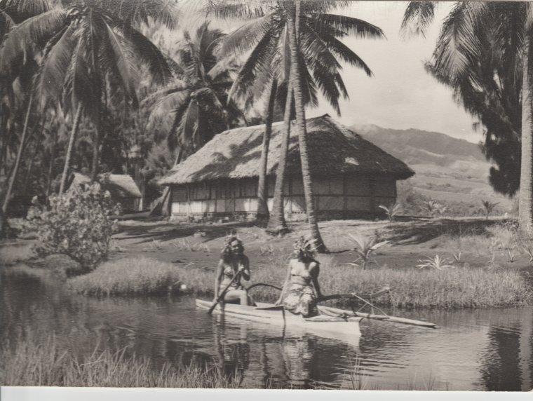Pirogue et Tahitiennes ( Noir et Blanc )