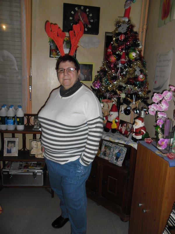 bonoir mes amies et amis je vous mets quelques photos de moi et de mon mari devant le sapin et