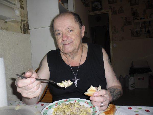 bonsoir voici le repas de ce soir que mon tendre amour a préparé du lapin aux champignons avec des pàtes je vous souhaitent a tout les enfants du monde une bonne rentré des classeset je vous mests quelques photos du repas mes amies et amis et je vous souhaite une bonne journèe pour demain mardi car je travail et je vous tout plein de gros bisous du coeur ton amie gisèle car l amitiè c est sacrè pour moi dans mon coeur