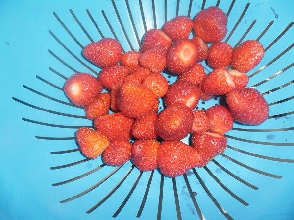 bonjour ce matin j'ai fais la cueillettes de fraises elles sont très belles ce soir moi et mon mari ont vas les déguster comme desert ont vous souhaitent un très bon week-end ensoleilé gros bisous a tous