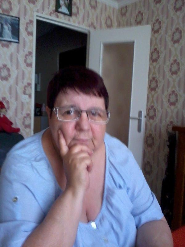 bonsoir a vous tous aujourd'hui je suis allée chez le coiffeur et je vais vous mettent une photo de moi ce soir je ne suis pas sur mon PC car je regarde les enfoirées sur TV Brez je vous fais tout plein de gros bisous