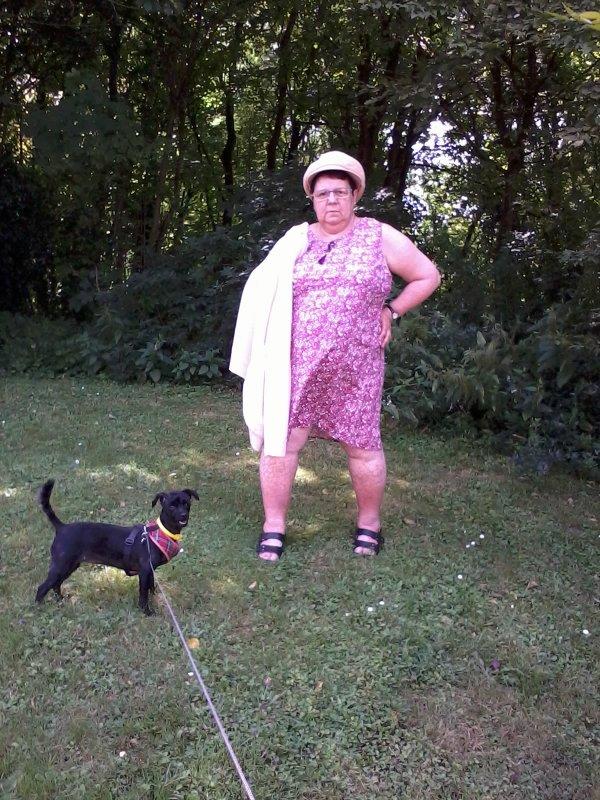 bonsoir mes amies et amis cette après-midi je suis allée au bois avec mon mari et ma petite chienne féline j'espère que vous avez passer une bonne journée en ce vendredi du 14 juillet je vous mets quelques photos de moi et ma petite chienne et je vous fais tout plein de gros bisous