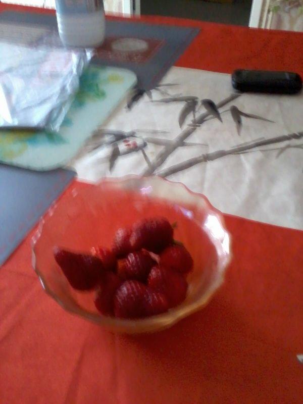 bonsoir a vous tous voici les premières fraises de notre balcon a peine cueillie a peine manger hummmmmmmm que c'était bon je vous souhaitent une très bonne soirée je vous envoient des gros bisous
