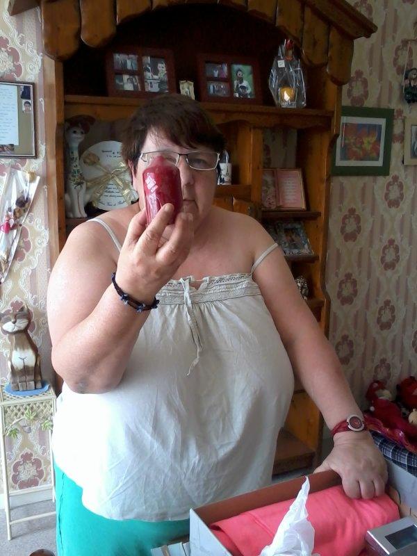 bonjour mon amie Roselyne j'ai bien reçue ton colis et je l'ai ouvert le 16 juin le jour de mon anniversaire j'ai était très heureuse