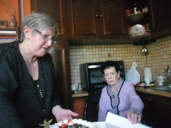 bonsoir mes amies et amis j'espère que vous allez bien moi je vais bien je vous souhaitent une très bonne soirée et je vais vous mettent de chez ma belle-maman de son anniversaire le jour de la ST Valentin elle a eue 86 ans hier et je vous envoient tout plein de gros bisous