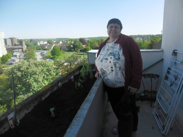 bonsoir a vous tous nous avons mis des tomates et des melons sur notre balcon et aussi des tomates cerise je vous souhaitent une très bonne soirée et j espère que vous allez très bien car moi je vais très bien et j ai passèe une bonne semaine et je vous mets quelques photos de mon balcon et je vous fais tout plein de gros bisous a vous tous votre amie gigidu8080 et je vous offrent tout mon amitiè en vers vous tous
