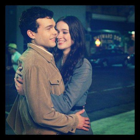 Photo d'Ethan et Lena enlacés