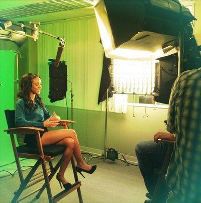 Photo de l'équipe de tournage et de Tiffany en interview