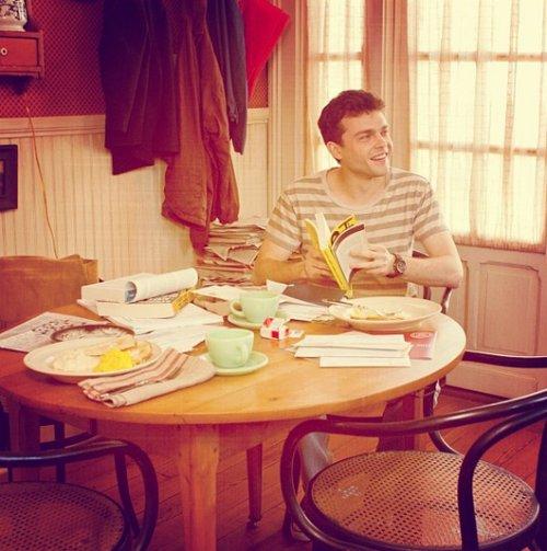 Image d'Ethan travaillant dans la cuisine