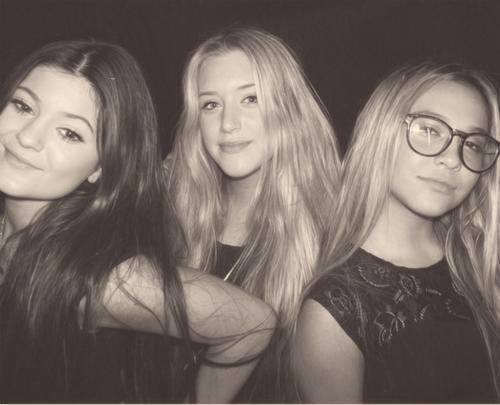 Stella avec Kylie et Anastacia .