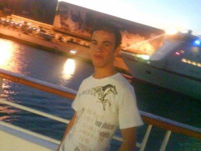 moi sur le bateux   ver une  ile  s`appelle  airaclion    greece - italy