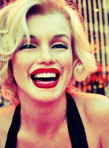 """""""N'arrête jamais de sourire, même si tu es triste et malheureux, parce que tu ne sais pas qui pourrait tomber amoureux de ton sourire."""""""