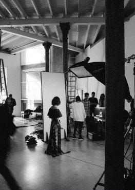 """Des nouvelles photos du backstage du photoshoot pour la marque """"CHER"""" sont disponibles."""