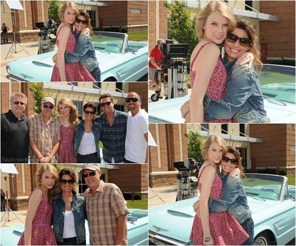 """. CMT MUSIC AWARDS Taylor et son idole, la chanteuse country, Shania Twain ont enregistré le 6 juin une vidéo pour l'ouverture des CMT Awards 2011, qui on eu lieu le 8 du même mois à Nashville. Taylor n'étant pas à cette cérémonie pour cause de concert mais à reçu le prix le plus convoité de la soirée celui de """"Vidéo de l'année"""" pour Mine. Les deux chanteuses ont re-crée une scène de """"Thelma & Louise"""", alors que Shania joué Louise ce personnage rendu célèbre pour la première fois par Susan Sarandon au volant d'un cabriolet, Taylor interprété le rôle de son accolite Thelma (Greena Davis). L'intrigue est centré sur ces deux personnages ainsi que Harvey Keite, un détective qui essaye de résoudre les crimes que ces femmes ont comis ... Présent aussi sur la tournage Chord Overstreet, l'acteur de Glee qu'on avait récemment vu en compagnie de Miss T.Swift. Retrouvez ci -dessous les photos :_ ."""