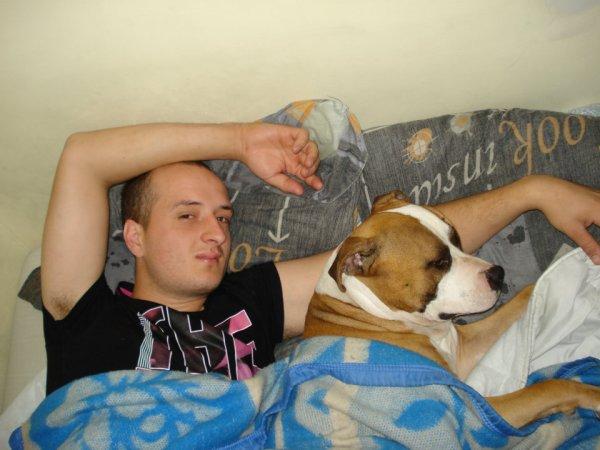 Le gros avec son maître dans le lit