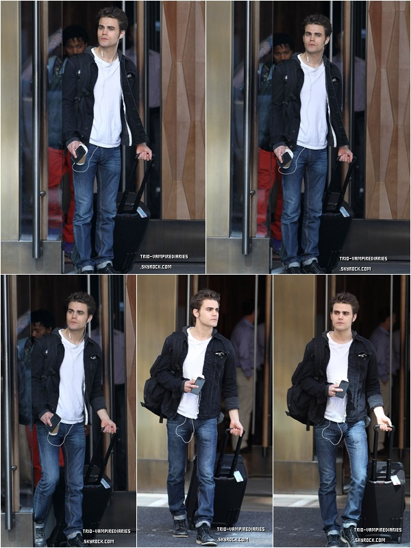 . Mardi 15 Octobre ~   Paul valise en main quittant son hôtel New Yorkais dans Soho.  !  _____ .