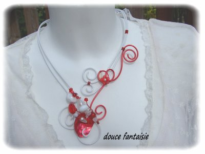 collier rouge et blanc en fil aluminium