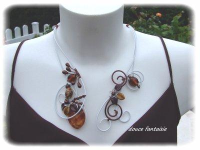 collier blanc et marron en fil aluminium