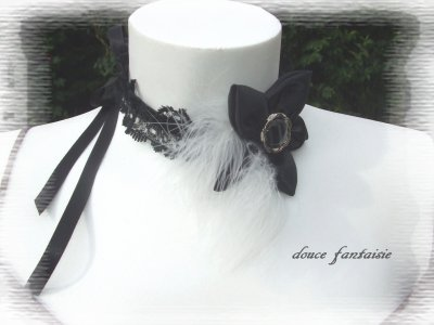 collier ras de cou en dentelle et fleur en satin noir