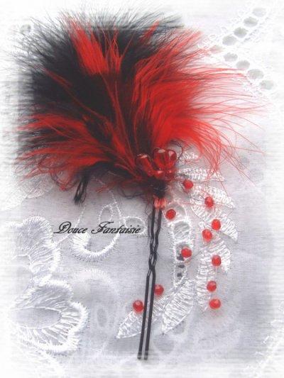 pic à chignon à plume rouge et noir