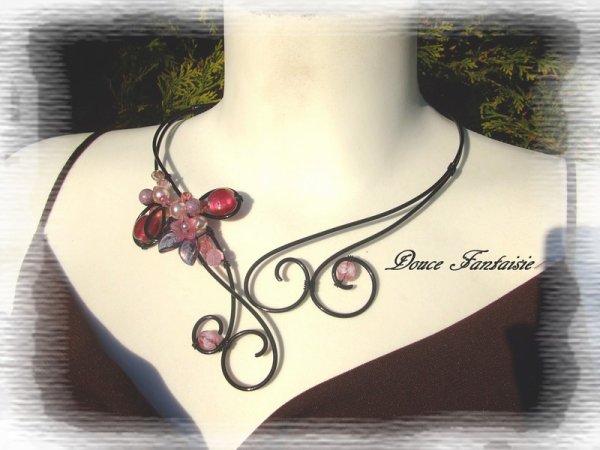 Collier noir et rose en fil aluminium