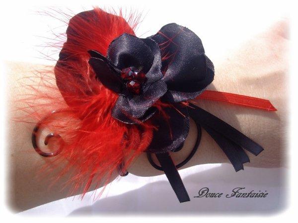 Bracelet en fil aluminium fleur satin rouge et noir plume