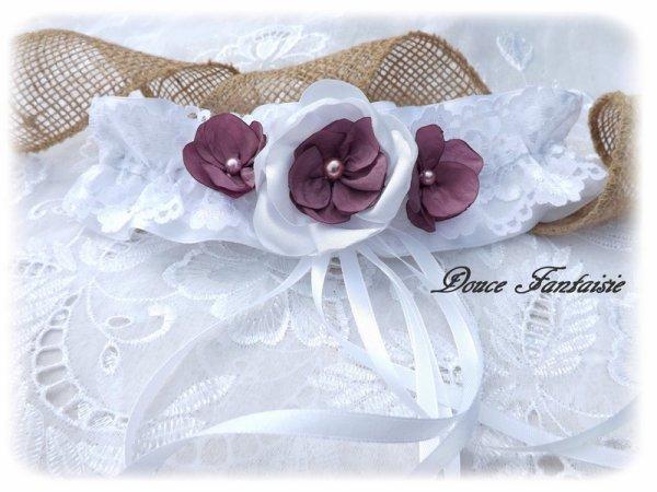 Jarretière en dentelle blanche et fleurs rose prune lilas