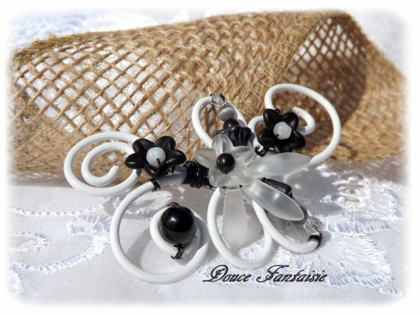 Broche noir et blanc fil aluminium