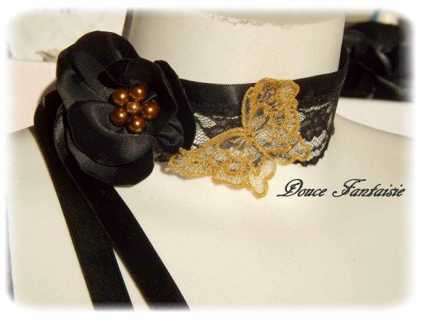 Collier noir et or en dentelle papillon
