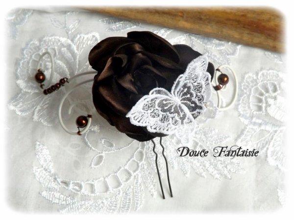Pic à chignon mariage marron et blanc fleur papillon