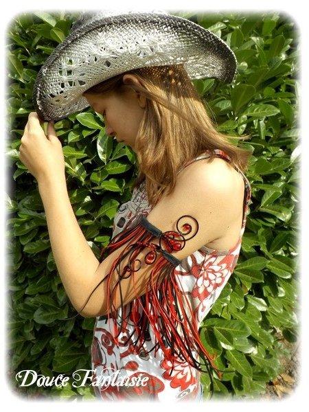 Bracelet tour de bras country en fil aluminium rouge et noir à franges