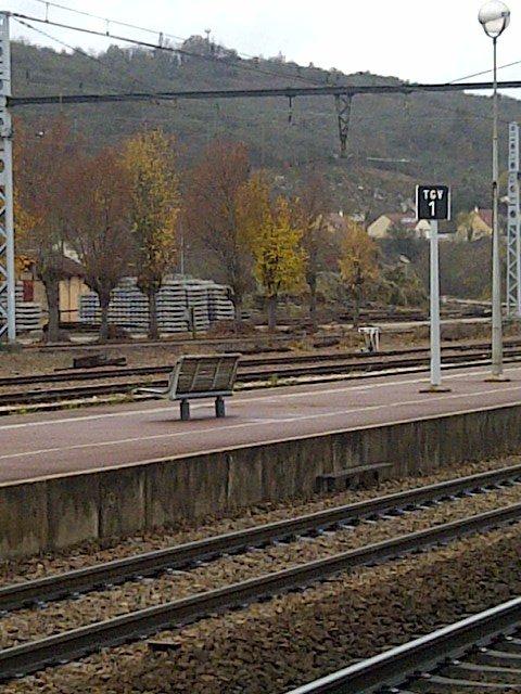 Un banc sur le quai d'une gare