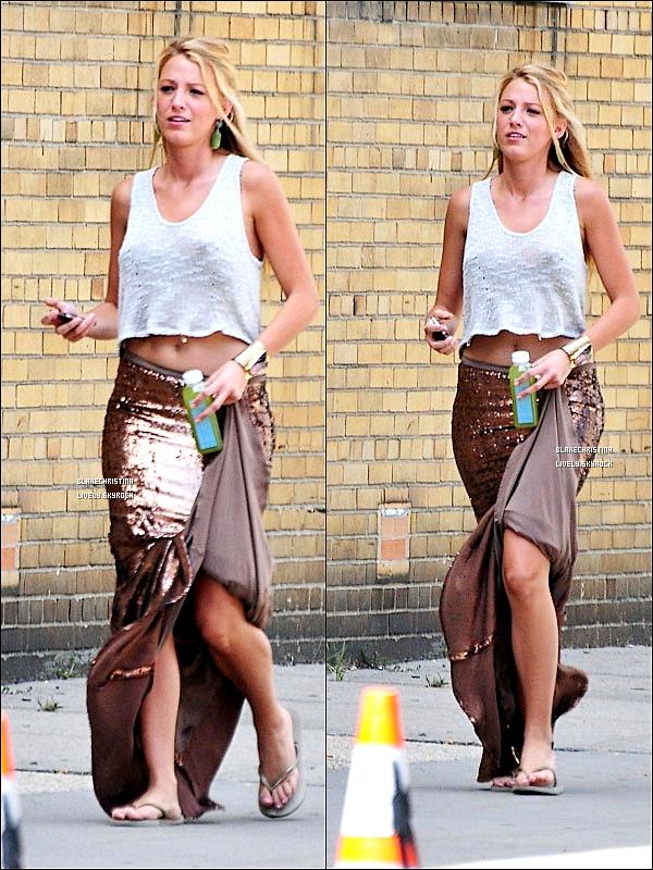 12/08/11 - Blake et sa jupe longue pailleté sur le set de Gossip Girl à NYC. dsl pour la mauvaise qualité des photos