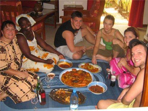 LHOPITALITE SENEGALAIS AVEC NOS PLATS ici avec amis touriste a la maison