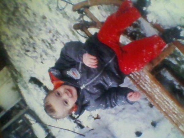 mon fils dans la neige sur son trainaux