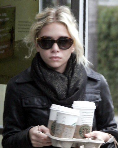 Ashley stops by Starbucks to pick up coffee for her & Mary-Kate (March 25th, 2007)