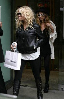 Mary-Kate & Ashley out shopping on Dover Street (October 28th, 2006)