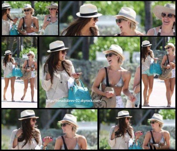 26 avril 2013: Nina a été aperçue alors qu'elle se rendaient à la plage de Miami avec Julianne Hough et des amies