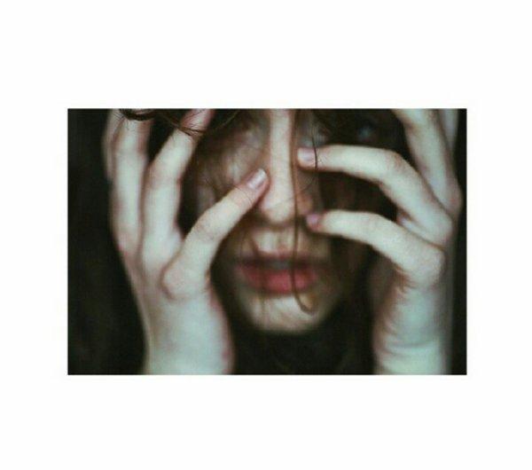 """Elle avait un regard perçant, des cheveux emmêlés, des yeux d'un marron intense, de longs cils recouvert par une couche de mascara trop foncé, une bouche sanglante qui se dessinait parfaitement sur son teint pâle.  Elle parlait dans le bordel, elle disait beaucoup de gros mots. C'était pour libérer ses sentiments, elle en avait beaucoup trop. Elle pensait trop, elle avait pas assez confiance en elle, alors elle se donnait cet air de salope dur et froide. Mais elle l'était pas, oh non elle l'était pas, c'est bien la fille la plus honnête que j'ai jamais connu. Elle croyait en pas grand chose, je sais même pas pourquoi, elle aimait pas parler de son passé. Elle m'aimait moi, elle m'aimait beaucoup trop. Elle réagissait à toute mes caresses, elle me désirait. Moi je savais que je pouvais en faire ce que je voulais. Elle m'a poussé vers le haut, elle m'a soutenue dans tout ce que je faisais. Elle a tenté de donner un sens à ma vie, même si elle avait perdu le sien, même si elle y croyais plus. Et moi j'ai fait tout l'inverse. Je l'ai détruit, doucement, j'ai tout brûler. Ouais j'ai mis le feu. Et putain, j'pensais pas que ça allait être aussi fort. Un feu gigantesque, et puis je l'ai laissé brûler. Ses yeux ont perdu leur intensité, ses mots leurs profondeurs. J'ai été con. Elle aurait dit """"connard"""" ou """"sale fils de pute"""". Mais elle en avait plus la force. Elle avait perdu ses joues légèrement rosée, son sourire narquois, son ton moqueur. Elle est devenu vide, transparente."""