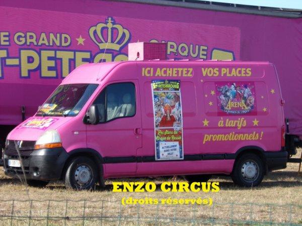 Pour sa publicité, le cirque possède deux Renault Master quasi identiques