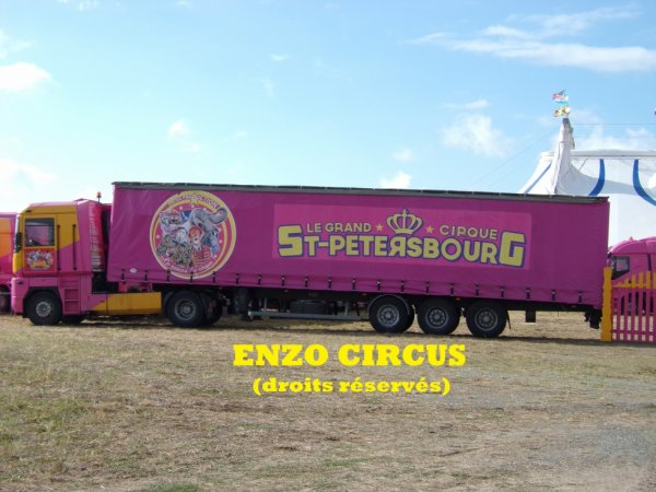 Le seul convoi aux couleurs du Grand Cirque de Saint Petersbourg est placé en façade. La semi n'est pas neuve, pourtant je ne l'avais encore jamais vue tourner