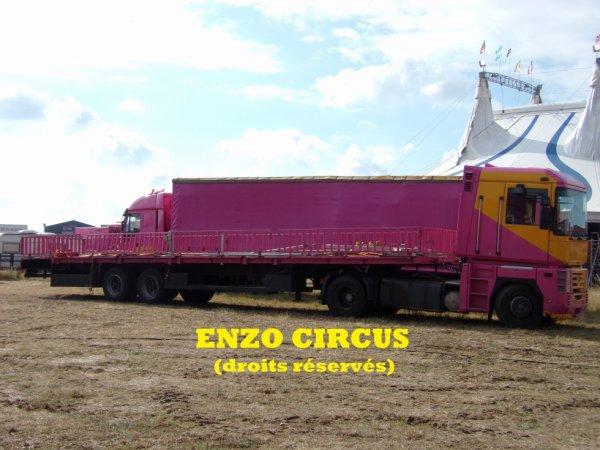 Il n'est que 08h30, mais la semi du chapiteau est déjà sortie et le montage du cirque est très avancé